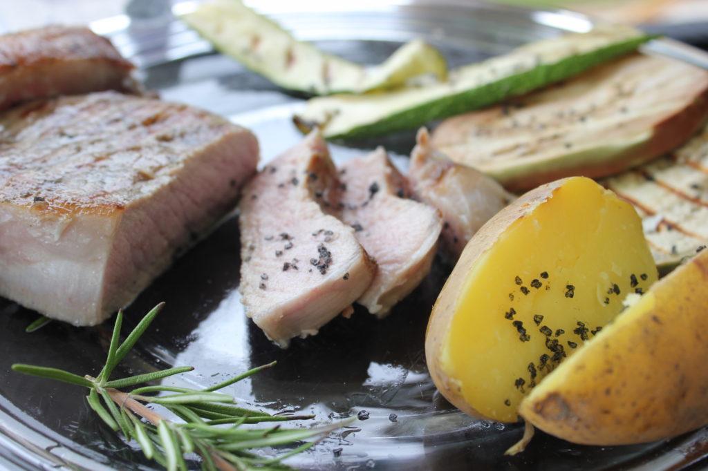 Fleisch, Gemüse und Kartoffeln gehören auf den Grill