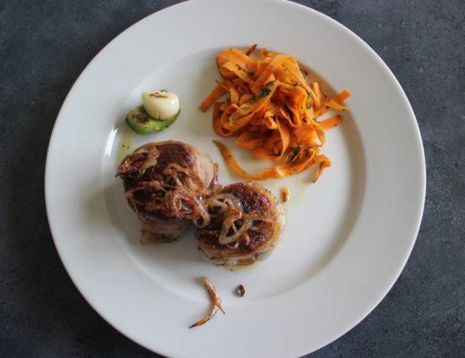 Fleisch: Schweinefilet im Speckmantel mit Karotten, Schalotten