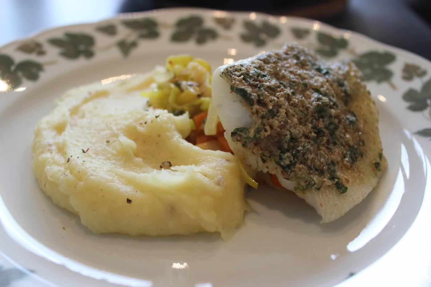 Zander mit Nussbutter, Gemüse und Pastinakenpüree
